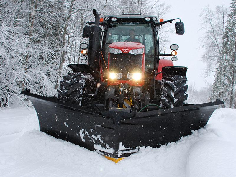 Pług lemieszowy zgarnia śnieg z drogi