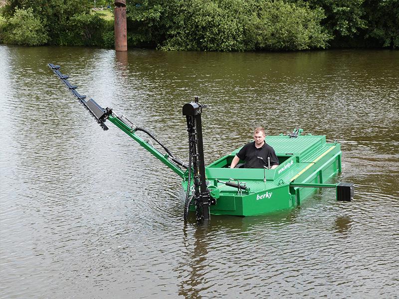 łódź kosząca podczas pracy na rzece